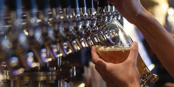 Beer-Pour-Horiz-Hanna