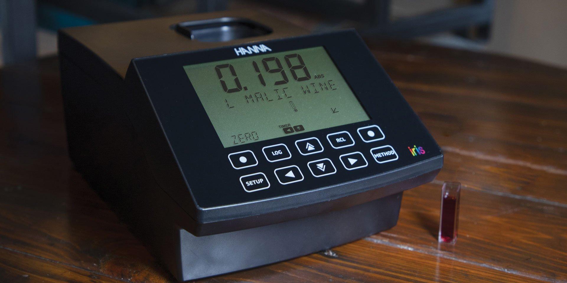 2-HI801-Iris-Spectrophotometer-on-wood